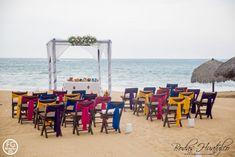 Este hermoso montaje estilo mexican chic para tu boda en playa lucirá espectacular, las sillas avant garde en color chocolate con rebozos de diferentes colores le darán un toque único. Bodas Huatulco.