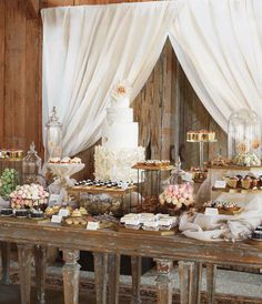 - Blake Lively and Ryan Reynolds' abundant dessert table featured a vanilla-and-sour-cream wedding cake with peach-apricot preserves and Earl Grey-milk chocolate buttercream in Martha Stewart Weddings Mod Wedding, Chic Wedding, Wedding Decor, Wedding Ideas, Trendy Wedding, Wedding Rustic, Wedding Pictures, Wedding Vintage, Wedding Table