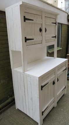Pallet Furniture Projects Pallet Kitchen Cabinets / Hutch - Here with this DIY pallet kitchen cabinets / hutch a very smart and clever way to store, organize and house your kitchen accessories in apple pie order. Wooden Pallet Furniture, Rustic Furniture, Wood Pallets, Home Furniture, Furniture Design, Palette Furniture, Furniture Cleaning, Cheap Furniture, Furniture Stores