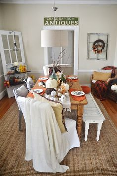Rustic thanksgiving fall dining room - Perfect colors & decor for thanksgiving & all of the fall season! #thanksgivingdecor