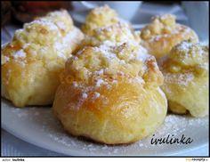 Mouku, sůl, cukr smícháme, přidáme sušené droždí, teplé mléko ve kterém rozmícháme žloutky a rozpuštěnou kostku másla. Vymícháme těsto - za mě...
