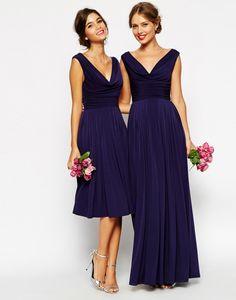 Traje de cóctel y vestido de noche en azul oscuro con ligero plisado en la falda