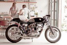 Kawasaki W650 Fiddler Cafe Racer por Deus ex Machina