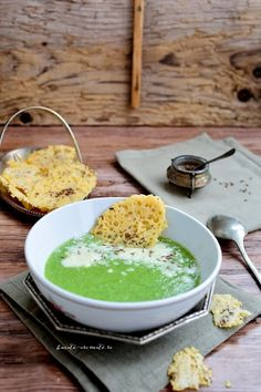 Supă cremă de broccoli cu rondele de parmezan Palak Paneer, Broccoli, Parmezan, Foodies, Supe, Food And Drink, Eat, Ethnic Recipes
