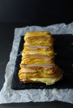 Eclairs mit Lemon Curd - wer kann da schon widerstehen!? Eclairs, Pancakes, Breakfast, Desserts, Food, Choux Pastry, Castle Diaper Cakes, Bakken, Recipies
