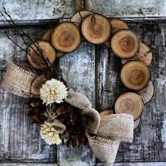 Wood Slices Wreath http://www.woodz.co/5-great-ideas-for-making-your-own-wooden-christmas-wreath/