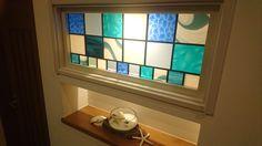 海の近くにご新築中の客様よりオーダーいただきました。玄関のニッチには海をイメージしたステンドグラスを。LDKと洗面の間仕切り壁には、内装にご使用のタイルに合わせた色合いでご希望いただきました。とても気に入っていただけました。ありがとうございました。 設置後の画像を送ってくださいました。 神奈川県