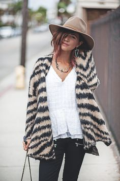 Parting hair to one side then putting behind an ear with earrings Boho Fashion, Fashion Looks, Fashion Outfits, Street Fashion, Outfits With Hats, Casual Outfits, Love Clothing, Girl With Hat, Mode Inspiration