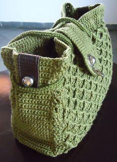 Bolsa de crochê confeccionada artesanalmente com linha Bella da Pingouin…