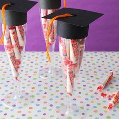 Copas rellenas de dulces como recordatorios de fiesta de grado. #RecodatoriosGrado