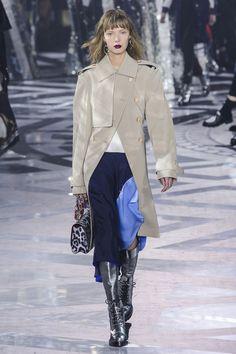 Nicolas Ghesquière, directeur artistique de la marque continue son chemin d'hyper modernisation de la maison Vuitton. Focus: le trench d'homme revisité