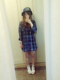[chat0509][wear] 明るめのブルーのシャツワンピに、バケットハットを合わせてストリートな雰囲気。 | (◇t○mao□さんのシャツワンピース「Riche glamour 」を使ったコーディネート…)