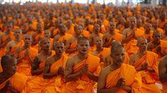Des moines bouddhistes thaïlandais prient lors d'une cérémonie, au temple Phra Dhammakaya (Thaïlande),le 20 juillet 2010. | PORNCHAI KITTIWONGSAKUL / AFP