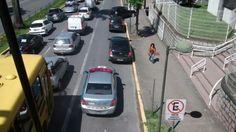 A Avenida Juscelino Kubitschek, em Joinville, que virou alvo de polêmica no trânsito, tem confusão na sinalização. +http://brml.co/1CUKr12