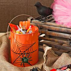 Make these clever Halloween treat bags and containers for trick-or-treaters, Halloween party favors, or Halloween party decorations. Halloween Party Favors, Halloween Treat Bags, Holidays Halloween, Happy Halloween, Halloween Decorations, Halloween 2014, Painted Tin Cans, Paint Cans, Tin Can Crafts