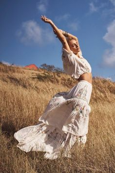 Maya Stepper Chases the Sun in LoveShackFancy Summer '19 Campaign Model Poses Photography, Creative Photography, Modelling Photography, Feminine Photography, Editorial Photography, Inspiration Photoshoot, Summer Photoshoot Ideas, Summer Poses, Poses Pour Photoshoot