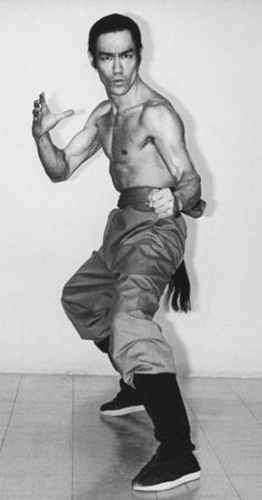 Human Poses Reference, Pose Reference Photo, Marshall Lee, Bruce Lee Body, Bruce Lee Pictures, Lee Movie, Bruce Lee Family, Man 2, Bruce Lee Quotes