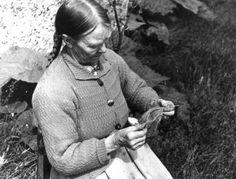 Valle, Setesdal, Aust-Agder 1939. Portrett av Annlaug K. Haugen som sitter med nålebinding. (Valle, Setesdal, Aust-Agder 1939. Portrait of Annlaug K. Haugen sitting with nalbinding.)