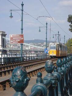 Budapest - 2-es villamos a Lánchídnál, a pesti oldalon