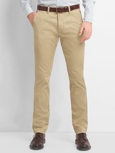 Kick it up a notch with men's pants from Gap. The pants for men that matter right now are all about ease and cool style. Slim Fit Khakis, Gap Outfits, Skinny Chinos, Color Khaki, Mens Suits, New Fashion, Khaki Pants, Men Pants, Perfect Fit