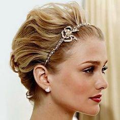 Coiffure de mariage pour cheveux courts avec serre-tête brillant