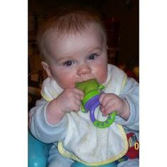 """Keeps baby from choking on small bits of food. Put pieces of fruit or veggies in, let baby chew threw bag making his own """"puree"""". Baby Food Recipes, New Recipes, Baby Food Mill, Baby Food Storage, Baby Safe, Teething, The Originals, Bag Making, Veggies"""