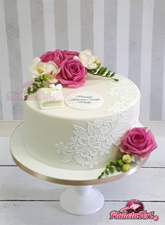 Tort komunijny z białą koronką i żywymi kwiatami: różami i frezjami. Butterfly Birthday Cakes, Pretty Birthday Cakes, Birthday Cake With Flowers, Adult Birthday Cakes, Beautiful Wedding Cakes, Beautiful Cakes, Bird Cage Cake, Bolo Floral, Prince Cake