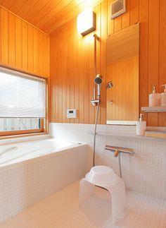 木とタイルで貼り分けた浴室