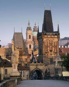 Pasear por el emblemático puente de Carlos de Praga, especialmente en el aterdecer, es una de las experiencias más románticas de la ciudad.