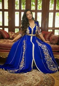 Caftan uploaded by Flor on We Heart It Morrocan Fashion, Moroccan Style, Orientation Outfit, Arabic Dress, Oriental Dress, Hijab Fashionista, Long Kaftan, Arab Fashion, Fashion Top