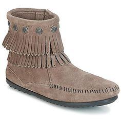 Zde máme pár bot, který dovede zaujmout na první pohled. Představuje nám jej značka Minnetonka! šedá barva odpovídá tendencím sezóny, stejně jako kožený svršek, který je jednoduchý na údržbu. Charakteristickou pro tuto obuv je gumová podrážka. Dále nehledejte, tento model je perfektní! - Barva : Šedá - Boty Pro-zeny 1714 Kč