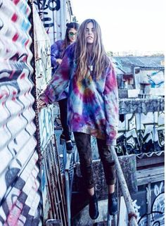 Tie dye baggy oversize boho sweatshirt to cosy up with this autumn? Indie Fashion, Grunge Fashion, Fashion Outfits, Hippie Chic, Gypsy Style, Style Me, Tie Dye Fashion, Tie Dye Sweatshirt, Teen Girl Outfits