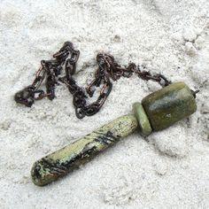 chňápni tam tím drápem... ...z řadymasivníchnáhrdelníků, dva serpentinové korály z And, spolu s keramickým, tetovaným drápem (13x3cm) si visí na nasivním řeiězu (60cm), a ten jde zapínat na několik způsobů a délek (foto)...  Tento kousek je nyní (4. 9.-7. 10.) součástí výstavy ŠPERK V KONTRASTECH Fler MAG: Za krásnými věcmi z Flerunaživo pokud o něj ...