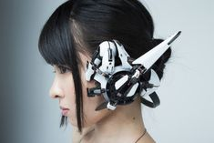Between cyberpunk, cosplay and DIY, here are the impressive creations of the Japanese Hiroto Ikeuchi, who handcrafts wearable functional futuristic objects and accessories Cyberpunk Mode, Cyberpunk Aesthetic, Cyberpunk Fashion, Cyberpunk 2077, Steampunk Fashion, Gothic Fashion, Armes Futures, Trevino Art, Robot Concept Art