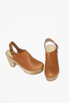 Front Seam Closed Toe Clog on Platform in Fawn