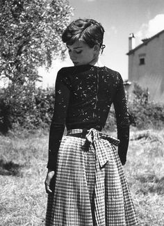 Audrey Hepburn – the woman that inspired and dazzled millions with her classy and elegant sophistication. Audrey Hepburn (May 1929 – January Audrey Hepburn Outfit, Audrey Hepburn Mode, Audrey Hepburn Fashion, Audrey Hepburn Photos, Audrey Hepburn Tattoo, Vintage Beauty, Vintage Fashion, Vintage Style, Vintage Clothing