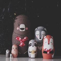 épinglé par ❃❀CM❁✿⊱Really cool matreshka family Diy Projects Handmade, Diy Craft Projects, Handmade Toys, Doll Painting, Matryoshka Doll, Kids Wood, Vinyl Toys, Art For Art Sake, Wooden Dolls