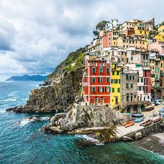 Riomaggiore, Cinque Terre, Italy  .  One of the most picturesque places I've been too. All the colors and the contrasts to the sea, breathtaking! It was a dream to finally see this place with my own eyes   #StayCurious #LetsOpenOurWorld   #ilikeitaly#cinqueterre#riomaggiore#italiainunoscatto#igersitaly#italy