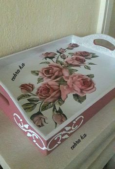 What a fun and easy way to decorate your tray What a fun and easy way to decorate your tray(no title) Madera pintadasMadera pintadasWhat a fun and easy way to decorate your tray What a fun and Decoupage Box, Decoupage Vintage, Handmade Crafts, Diy And Crafts, Creative Box, Painted Trays, Mural Art, Picture Design, Painting On Wood