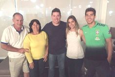 Lucas with his family   after friendly match between Brazil Olympic NT and Paraguay Olympic NT | Vitória, Brazil - March 27, 2015