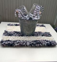 Neulottu pieni pöytäliina parvekkeen pöydälle
