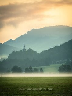 Ich liebe es, wenn in der Früh der Morgennebel noch über den Feldern liegt. Hier die St. Nikolaus Kirche in Ebbs / Tirol. Felder, Kirchen, River, Mountains, Nature, Outdoor, Pictures, Morning Light, Mists