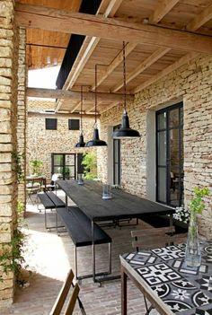 Voilà comment faire une terrasse qui n'est pas chère en noir...