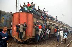 Жителей Кении на работу развозит поезд, в котором проповедуют Евангелие несколько христианских пасторов, сообщает 316NEWS со ссылкой на invictory.com. Поезд каждый день превращается в церковь, верующие поют и танцуют, а затем слушают проповедь. Некоторые из местных жителей берут с собой в поезд Биб