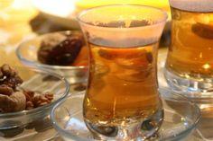 Teetä azerilaiseen tapaan pähkinöiden ja kuivahedelmien kanssa.