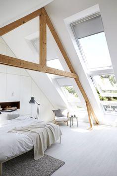 Smukt lyst soveværelse i hvidt med skråvægge og tagvinduer, fritlagte spær // Beautiful bright bedroom with roof top windows and White bedding, Nordic light