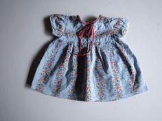 Schöne alte Puppenkleidung - Reizendes hellblaues Kleid mit Blumen-Muster | Antiquitäten & Kunst, Antikspielzeug, Puppen & Zubehör | eBay!