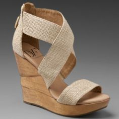 These beautiful Diane Von Furstenberg wedge sandals will glam up your casual day wear this summer. With crisscross natural burlap. Price: 233,78 €