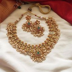 Ultimate 35 Gold Necklace Designs Images Of This Year Indian Jewelry Sets, India Jewelry, Indian Gold Jewellery, Temple Jewellery, Gold Jewellery Design, Gold Jewelry, Handmade Jewellery, Jewelry Necklaces, Jewellery Earrings