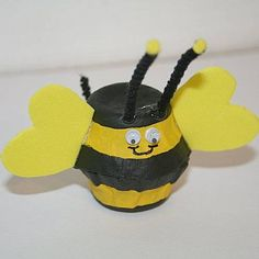 Fall Product Mascot is a bee: Egg Carton Bumble Bee Craft, there's also one using a toilet paper roll Kids Crafts, Bug Crafts, Family Crafts, Summer Crafts, Craft Stick Crafts, Preschool Crafts, Projects For Kids, Crafts To Make, Art Projects